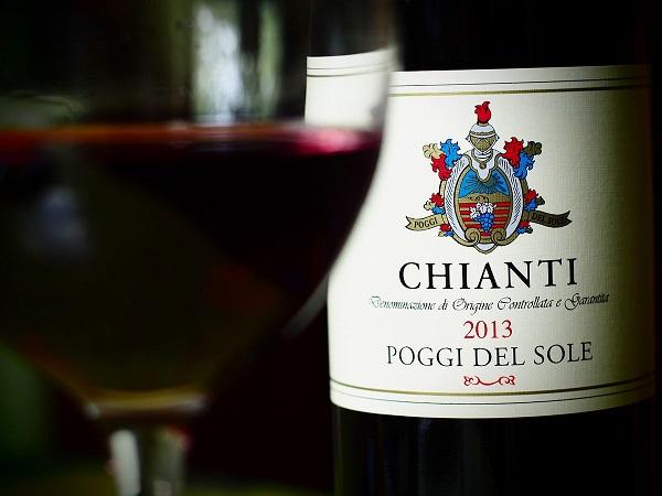 Chianti-flaske og glas med vin.